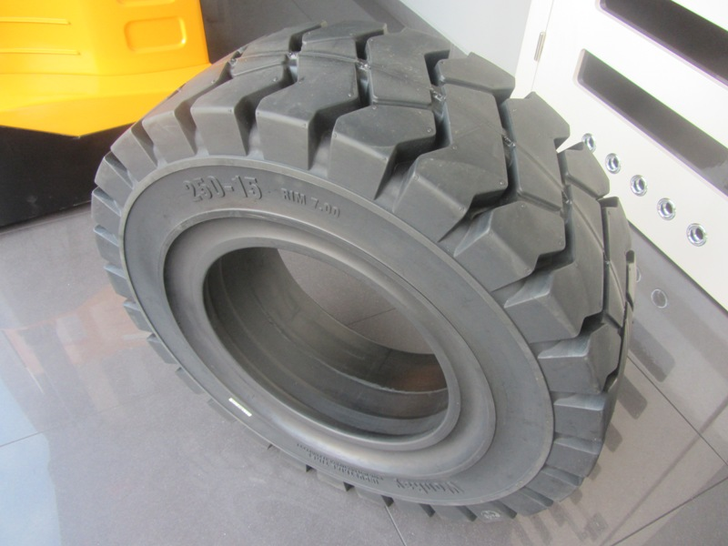 Solide tyre 250-15 WonRay