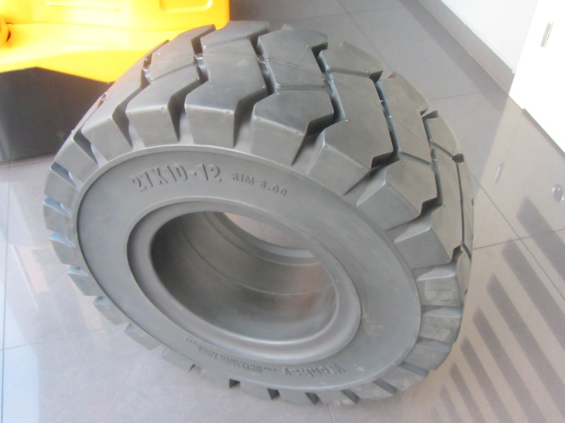 Solide tyre 27x10-12 WonRay