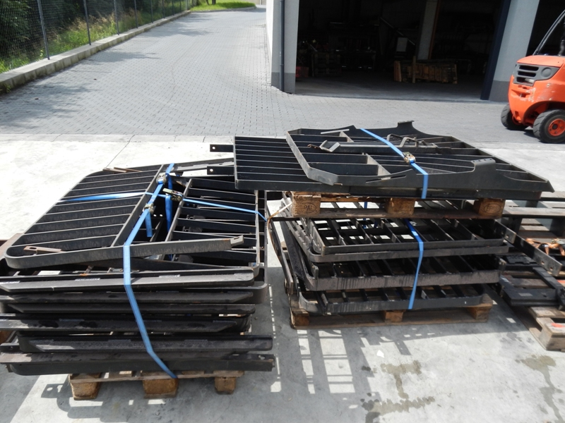 Forklift mast protection grille